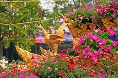 As flores e os pássaros modelam na parada no festival 2013 da flor de Chiangmai Fotos de Stock Royalty Free
