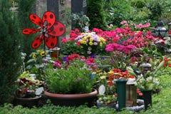 As flores indicam no cemitério Foto de Stock