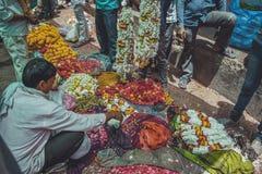 As flores introduzem no mercado em Varanasi, Índia Foto de Stock Royalty Free