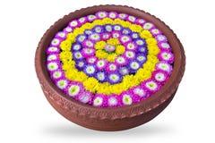 As flores que flutuam na água na bacia da cerâmica isolam o fundo branco Imagem de Stock