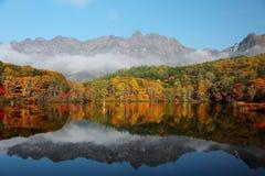 As florestas da folha colorida refletiram em Kagami Ike (a lagoa do espelho) imagem de stock royalty free