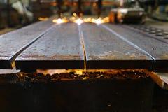 As folhas de metal dos cortes de máquina com gás fotografia de stock