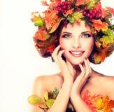 As folhas de outono vermelhas e amarelas na menina dirigem Foto de Stock Royalty Free