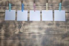As folhas de papel penduraram em um ponto imagem de stock royalty free