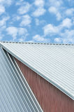 As folhas do telhado da construção industrial, teste padrão de aço cinzento do telhado, verão brilhante nublam-se o cloudscape, c foto de stock