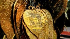 As folhas douradas para escrevem seus desejos fotos de stock