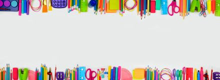 As fontes de escola dobram a bandeira da beira, vista superior em um fundo branco com espaço da cópia De volta ? escola fotos de stock