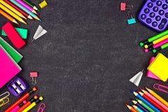 As fontes de escola dobram a beira lateral, vista superior em um fundo do quadro com espaço da cópia De volta ? escola fotos de stock