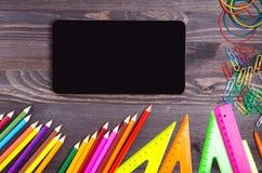 As fontes de escola escrevem, encerram, a régua, triângulo no CCB do quadro-negro fotos de stock royalty free