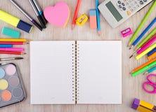 As fontes de escola no wirh de madeira da mesa abrem o caderno Imagens de Stock Royalty Free