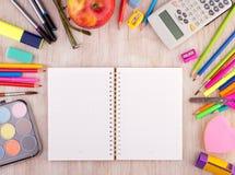 As fontes de escola no wirh de madeira da mesa abrem o caderno Imagem de Stock Royalty Free