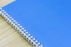 As fontes de escola vazias vazias dos artigos de papelaria da espiral do livro da tampa do livro azul para a capa do livro da ide Fotos de Stock
