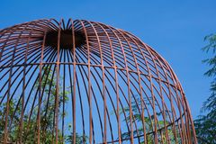 As fontes de jardinagem de proteção da gaiola abobadada rústica em um jardim tailandês bonito estacionam Fotografia de Stock
