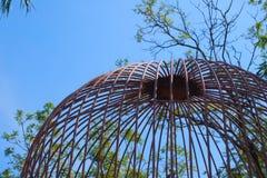 As fontes de jardinagem de proteção da gaiola abobadada rústica em um jardim tailandês bonito estacionam Fotos de Stock
