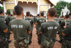 As forças armadas andam em torno de um templo. Foto de Stock Royalty Free
