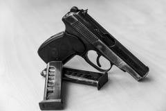 As forças armadas combatem a pistola em preto e branco Foto de Stock Royalty Free