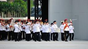 As forças armadas de Singapura (SAF) unem a execução durante o ensaio 2013 da parada do dia nacional (NDP) fotos de stock