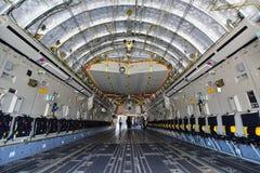 As forças armadas do C-17 Globemaster III do U.S.A.F. Boeing transportam aviões na exposição em Singapura Airshow Imagem de Stock