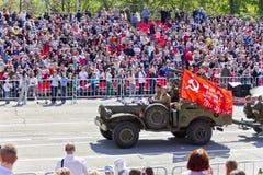 As forças armadas do russo transportam na parada em Victory Day anual, fotos de stock