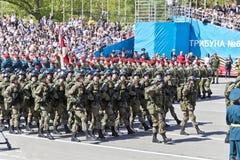 As forças armadas do russo transportam na parada em Victory Day anual fotografia de stock royalty free