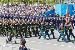 As forças armadas do russo transportam na parada em Victory Day anual fotos de stock royalty free