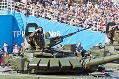 As forças armadas do russo transportam na parada em Victory Day anual imagem de stock
