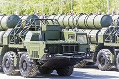 As forças armadas do russo transportam na parada em Victory Day anual fotografia de stock