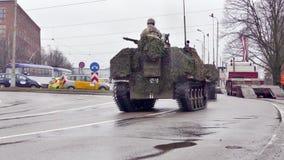 As forças armadas nacionais letãs das forças armadas transportam vídeos de arquivo