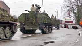 As forças armadas nacionais letãs das forças armadas transportam video estoque