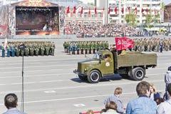 As forças armadas velhas do russo transportam na parada na vitória anual D foto de stock royalty free