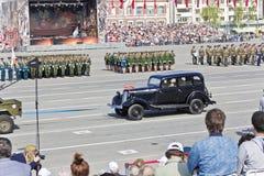As forças armadas velhas transportam na parada em Victory Day anual, maio, fotos de stock