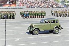 As forças armadas velhas transportam na parada em Victory Day anual, maio, fotografia de stock