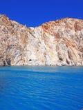 As formações de Polyaigos, uma ilha dos penhascos e de rocha dos Cyclades gregos imagem de stock