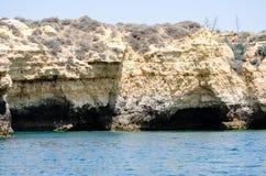 As formações de rocha bonitas no Algarve costeiam, Portugal Fotografia de Stock
