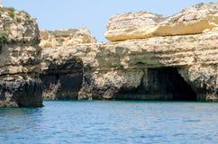 As formações de rocha bonitas no Algarve costeiam, Portugal Fotos de Stock