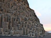 As formações de rocha de Reynisdrangar em Reynisfjara encalham no nascer do sol, Halsanefhellir, Islândia Fotografia de Stock Royalty Free