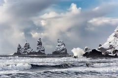 As formações de rocha do basalto pescam à linha os dedos do pé na praia preta Reynisdrangar, Vik, Islândia Foto de Stock Royalty Free