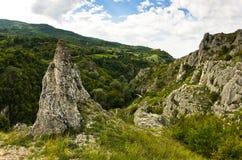 As formações de rocha naturais em Jelasnica gorge na tarde nebulosa do outono fotos de stock royalty free
