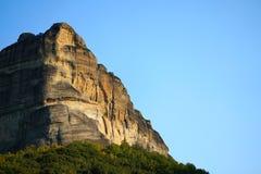 As formações de rocha são uma parte principal na paisagem bonita de Meteora, Grécia com seus monastérios, suas montanhas e sua na foto de stock