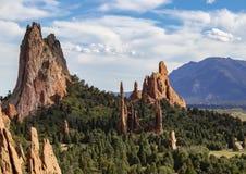 As formações de rocha vermelhas elevadas do jardim dos deuses de Colorado Springs com Cheyenne Mountain no fundo imagens de stock royalty free