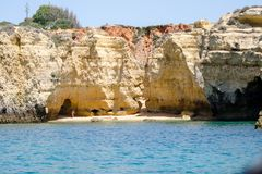 As formações e a praia de rocha no Algarve costeiam, Portugal Fotos de Stock Royalty Free