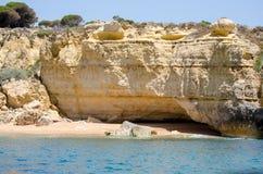 As formações e a praia de rocha no Algarve costeiam, Portugal Imagens de Stock Royalty Free
