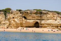 As formações e a praia de rocha no Algarve costeiam, Portugal Fotos de Stock