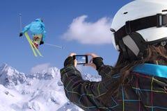 As fotografias do telefone celular dos esquiadores saltam Fotos de Stock
