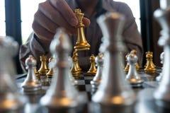As fotos do close-up das m?os do checkmate em um tabuleiro de xadrez durante um jogo de xadrez o conceito da estrat?gia da vit?ri fotos de stock royalty free