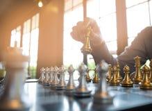 As fotos do close-up das m?os do checkmate em um tabuleiro de xadrez durante um jogo de xadrez o conceito da estrat?gia da vit?ri imagens de stock