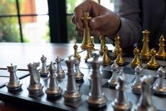 As fotos do close-up das m?os do checkmate em um tabuleiro de xadrez durante um jogo de xadrez o conceito da estrat?gia da vit?ri foto de stock royalty free