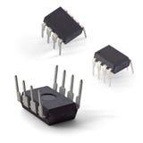 As fotos macro bilaterais de um microcontrolador lascam-se em um pacote DIP8 isolado em um fundo branco Imagens de Stock Royalty Free