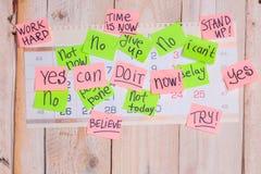 As frases da motivação gostam agora, podem fazê-lo, sim, em notas pegajosas imagens de stock royalty free