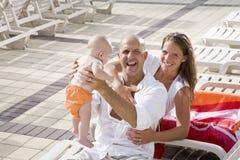 As férias de família, relaxam em cadeiras de sala de estar da plataforma da associação Imagem de Stock Royalty Free